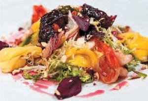 Салат с козьим сыром, креветками, спаржей и карамелизованными финиками
