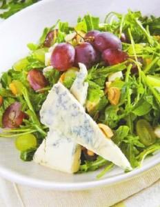 Салат с виноградом и голубым сыром