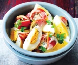 Салат из яиц с помидорами под соусом цезарь