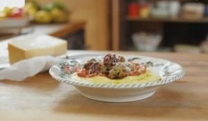 Мясные шарики с полентой и соусом из перцев