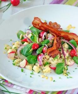 Салат с редисом, картофелем и беконом