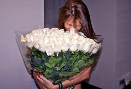 Что означает букет белых роз